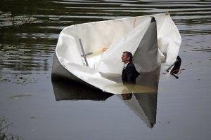 das-papierschiff-geht-unter--1300342902450-